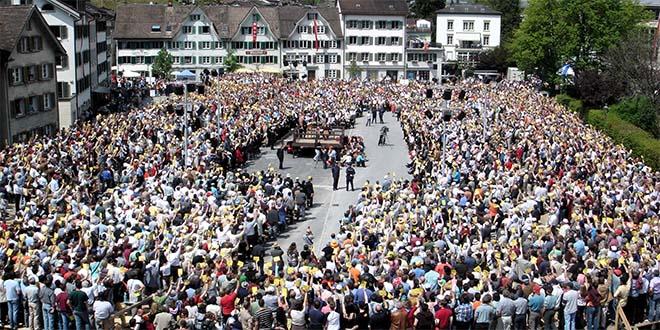 """Landsgemeinde (""""comunità rurale"""" o """"assemblea"""") nel Canton Glarona, in Svizzera. Le votazioni si effettuano per alzata di mano - Foto di Adrian Sulc (CC BY-SA 3.0)"""