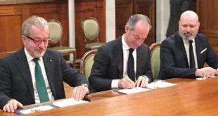 Il presidente Zaia, al momento della firma, tra Roberto Maroni, presidente della Lombardia, e Stefano Bonaccini, presidente dell'Emilia Romagna