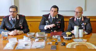 Il maresciallo maggiore Guelfi, il capitano Castellari e il luogotenente Bellanova con il materiale sequestrato