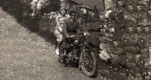 Laura Lattes con il marito, in moto