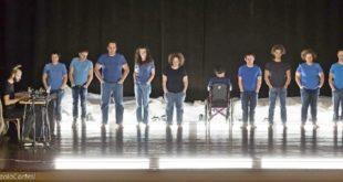 """Il gruppo di performer della compagnia Din Don Down sul palco con """"Achab"""""""
