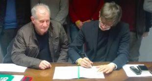Il sindaco di Marano, Guzzonato, mentre firma il protocollo