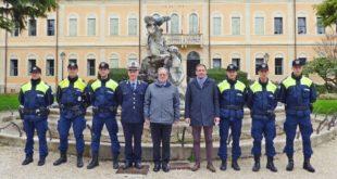 Gli agenti del Nucleo tutela ordine e decoro urbano con Scarpellini, il sindaco Casarotto e Samperi