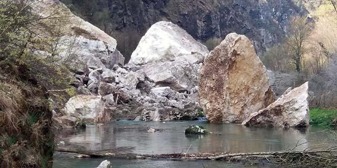 La frana finita nel fiume Brenta (Foto pubblicata su Facebook da Mario Rossi)