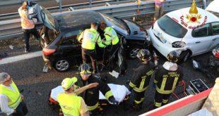 Tamponamento fra otto veicoli in A4. Cinque feriti