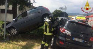 Schio, due auto una sopra l'altra dopo lo scontro