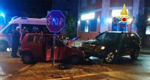 Scontro frontale tra auto nella notte. Due donne ferite