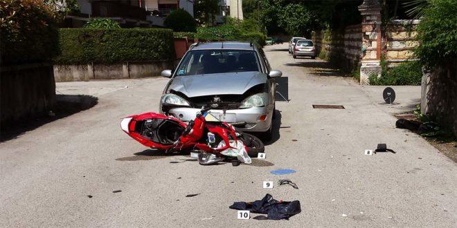 Schio, auto contro scooter ad un incrocio. Due feriti