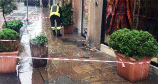 Vigili del fuoco al lavoro, oggi, per il distacco di un pezzo di cornicione di un palazzo in corso Palladio