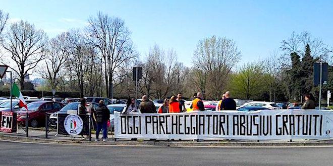 Una protesta di Forza Nuova e Mis, nei mesi scorsi, al parcheggio del San Bortolo