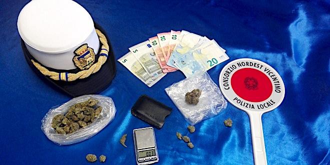 Il materiale sequestrato dalla polizia locale del Consorzio Nevi