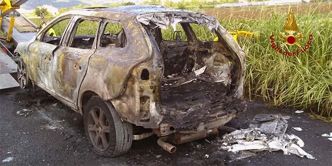 Auto distrutta dal fuoco sull'autostrada A4