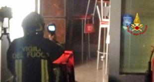 Vigili del fuoco al lavoro, a Montecchio, per l'incendio di un bar in via De Gasperi