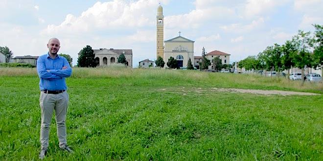 Marco Lunardi davanti a villa Gazzotti-Marcello, a Bertesina