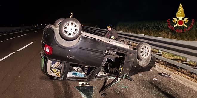 Auto si rovescia sulla autostrada a4. Un ferito