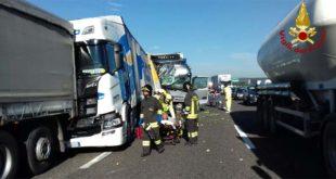 Caos in A4 per un tamponamento fra tre camion