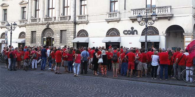 La manifestazione in maglietta rossa dei giorni scorsi, in Piazza Castello, a VIcenza