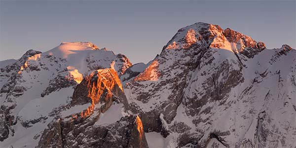 La Marmolada al tramonto. Da sinistra Punta Penia, la cima più elevata, e il Gran Vernel - Foto di Dmitry A. Mottl (CC BY-SA 3.0)