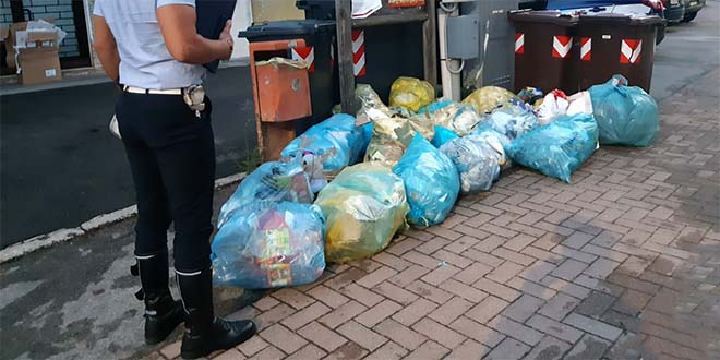 Schio, 26 sacchi di rifiuti lasciati sulla strada