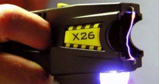 Una pistola taser. E' visibile l'arco elettrico che si sprigiona fra i due elettrodi - Foto di Jason Bain (CC BY 2.0)
