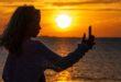 Fotografa bimbe in spiaggia e rischia il linciaggio