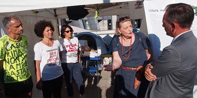 Il vicesindaco di Vicenza Matteo Tosetto, a destra, assieme agli attivisti No Pfas