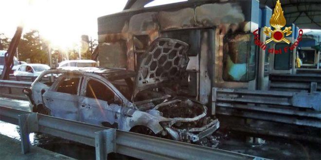 Thiene, auto va fuoco nel casello della A31