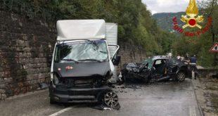 Scontro frontale tra auto e furgone. Un ferito grave
