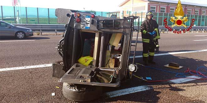Jeep si rovescia sulla A4. Ferita una bambina