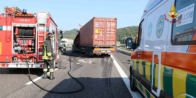 Incidente fra camion in A4. Due feriti e lunghe code