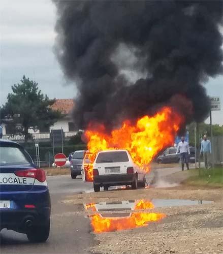 Thiene, auto va a fuoco sulla via dell'Autostrada