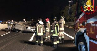 Incidente in A4 con auto rovesciata. Tre feriti