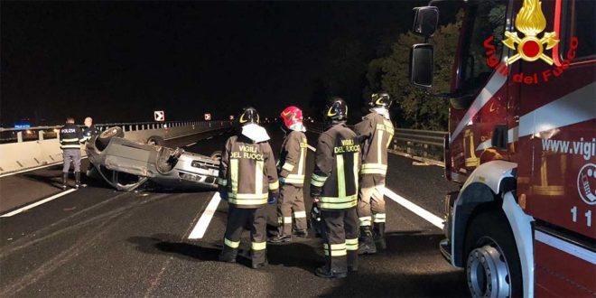 Incidente in A4 con auto rovesciata. Tre feriti