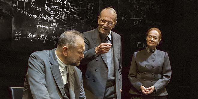 """Massimo Popolizio, Umberto Orsini e Giuliana Lojodice in """"Copenaghen"""" (Foto di Marco Caselli)"""