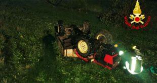 Si rovescia il trattore e lo schiaccia. Muore 46enne