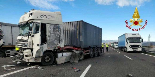 Schianto in A4 fra tre camion. Muore un autista