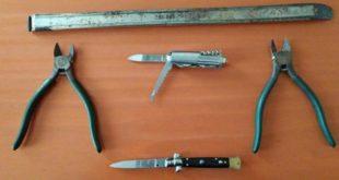 Alcuni degli attrezzi da scasso sequestrati dai carabinieri di Altavilla