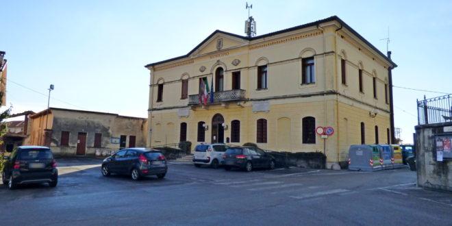 Il municipio di Fara, in piazza Arnaldi. Sulla sinistra l'edificio inagibile da abbattere
