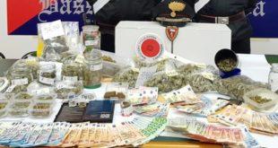 Il materiale sequestrato dai carabinieri di Bassano