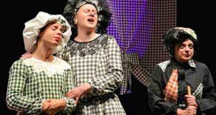 """Alessando Fullin (al centro) è Mrs March in """"Piccole Gonne"""". Foto Noemi"""