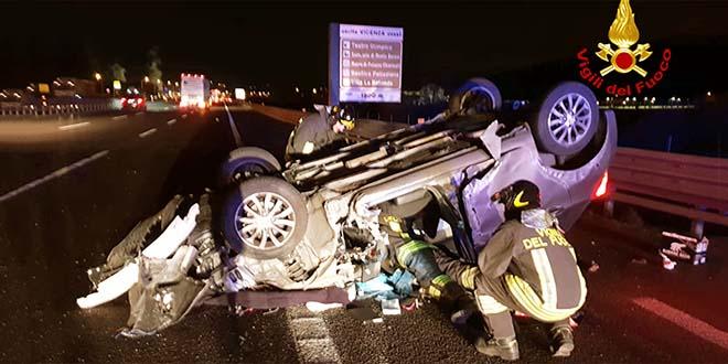 Auto contro camion in A4 e poi si ribalta. Due feriti