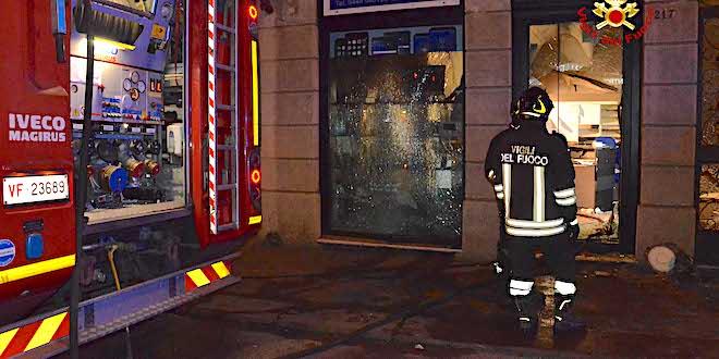 Esplosione e incendio, ieri sera, in un negozio di corso San Felice, a Vicenza