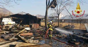 Baracca distrutta da incendio. Scoppiano due bombole di gas
