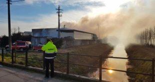 Tecnici di Arpav al lavoro per monitorare la qualità dell'aria dopo l'incendio di ieri
