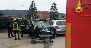 Sfonda una siepe e si ribalta con l'auto. 49enne ferita