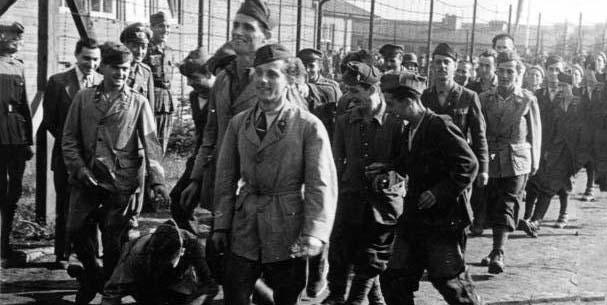 """Campo di internamento per militari italiani (Foto di propaganda di guerra nazista - Deutsches Bundesarchiv, firmata """"Schwahn"""" - CC-BY-SA 3.0)"""