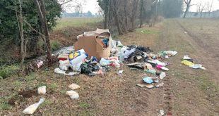 Ecco come si presentava via Zanella, a Marano, dopo l'abbandono dei rifiuti