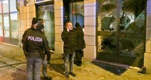 Il vicesindaco Tosetto davanti alla palazzina di corso Santi Felice e Fortunato, dove si è verificata l'esplosione