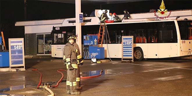 Paura a Vicenza, bus perde metano al distributore