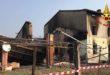 Casa colonica a fuoco nella notte. C'è l'ombra del dolo